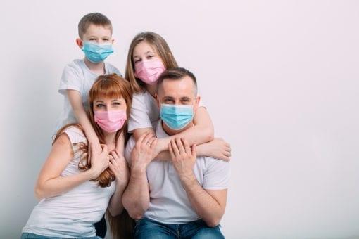Οικογένεια με μάσκα κατά τη διάρκεια της πανδημίας